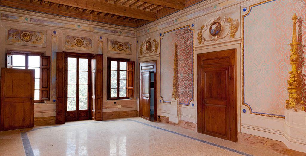 Observe sus estancias clásicas y espaciosas