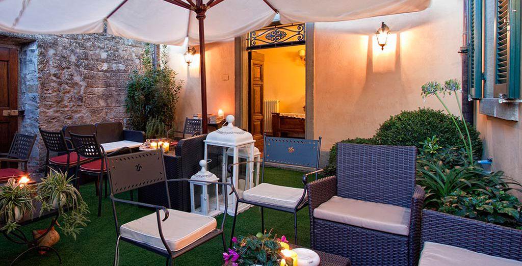 Disfrute de la mejor compañía mientras se relaja en la terraza del hotel