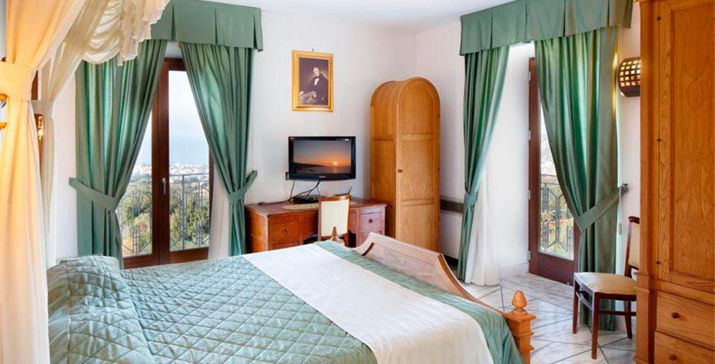 El diseño de las habitaciones cuenta con la calidez de la madera combinada con la elegancia del mármol