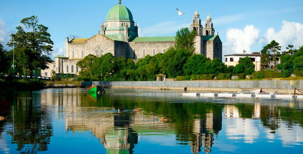 En Galway podrá ver su Catedral y la Spanish Arch, resto de muralla a orilla del río Corrib