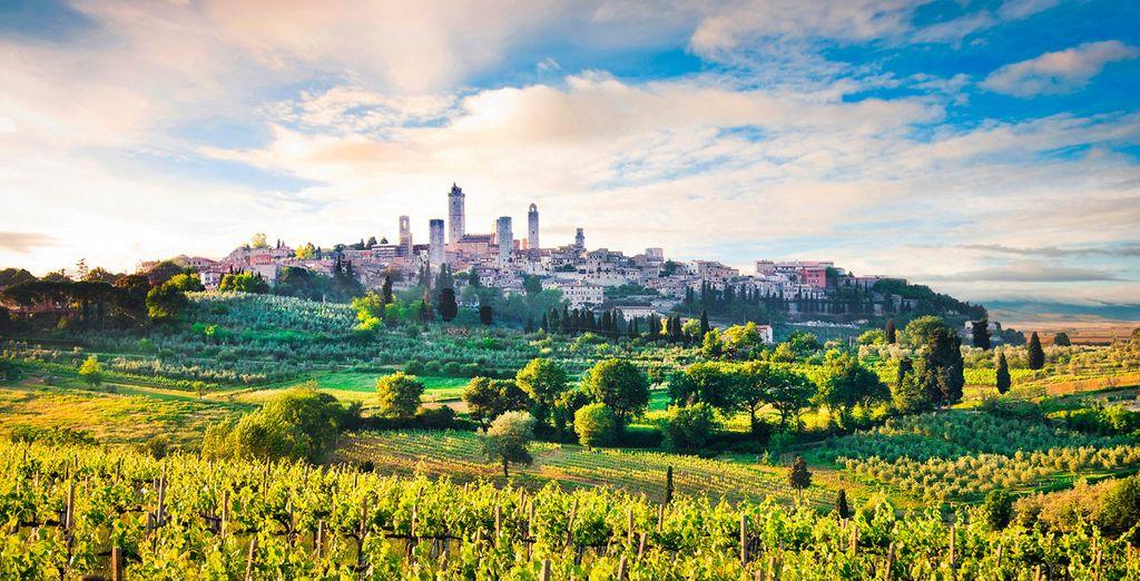 San Gimignano, un pequeño pueblo amurallado erigido en lo alto de las Colinas de la Toscana