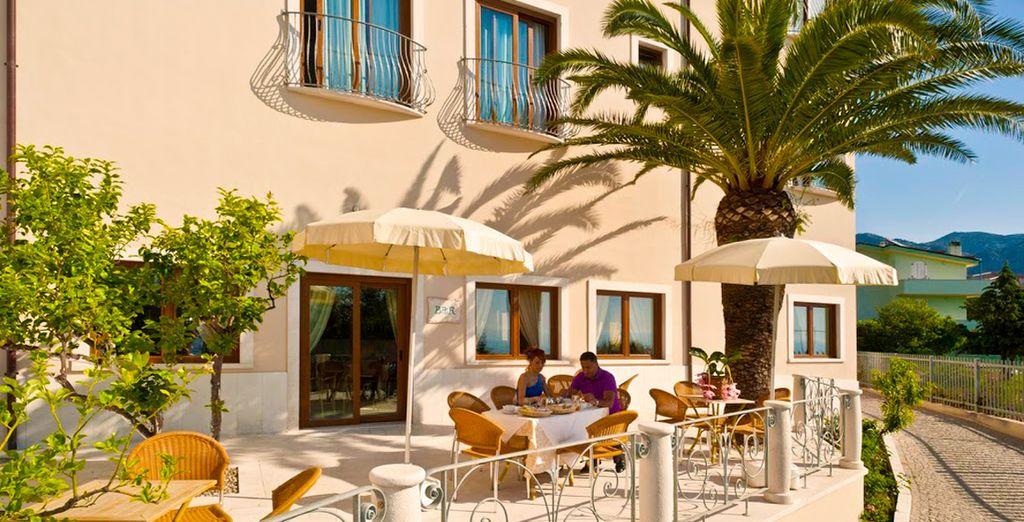 Presenta una decoración típica mediterránea