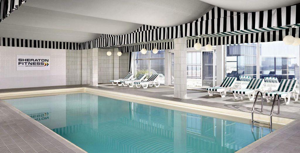Disfrute de un baño en la piscina cubierta de la azotea