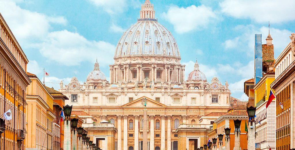 La majestuosa cúpula de San Pedro en Ciudad del Vaticano