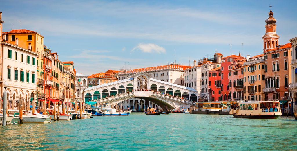 Admira la belleza de sus numerosos puentes, como el de Rialto