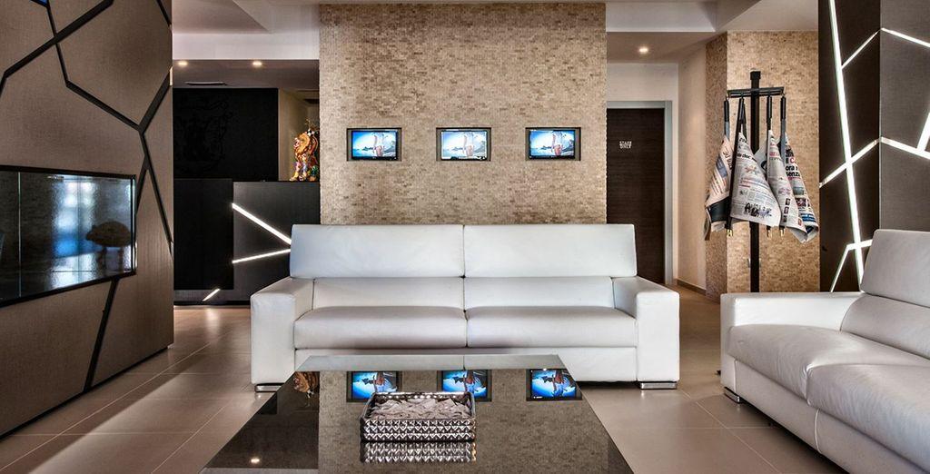 Descansa en el lobby con sofás de diseño y TV de pantalla plana