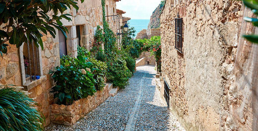 Pasea por las pintorescas calles de Tossa de Mar