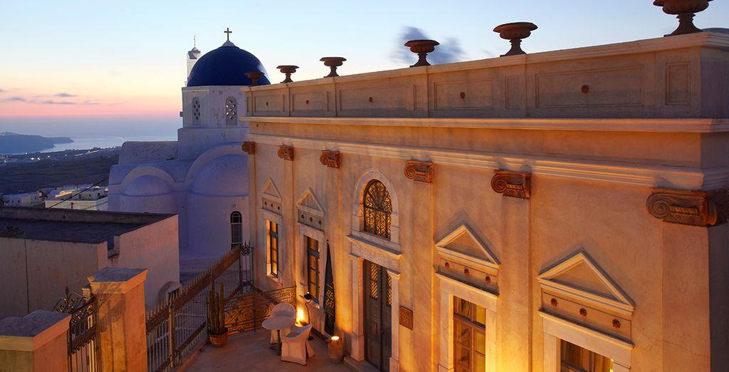 Alójate en un encantador hotel en Santorini