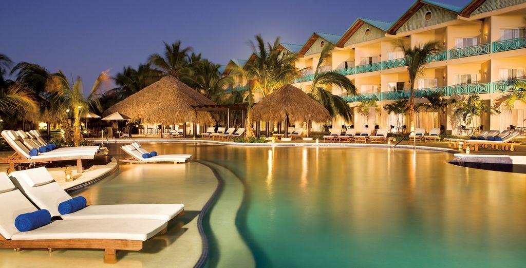 El hotel cuenta con 3 piscinas al aire libre