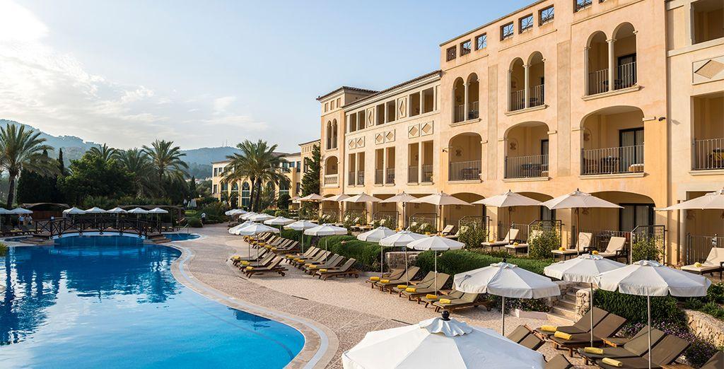 Descansa y toma el sol del Mediterráneo en las hamacas de la piscina