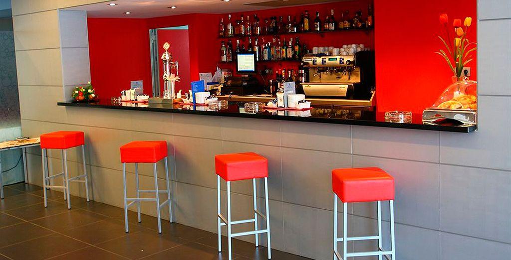Tómate una copa en el bar principal...