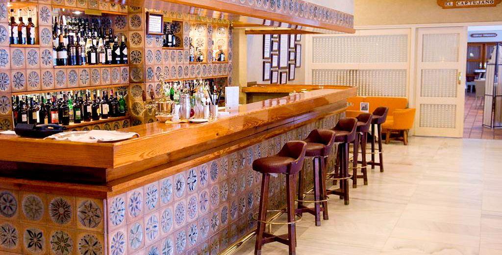 Disfruta de tu copa favorita en el bar