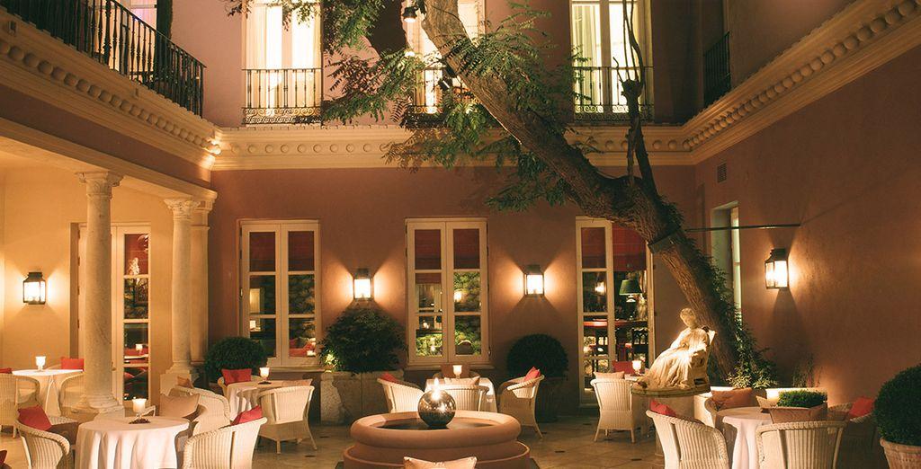 Degusta una cena romántica en el patio