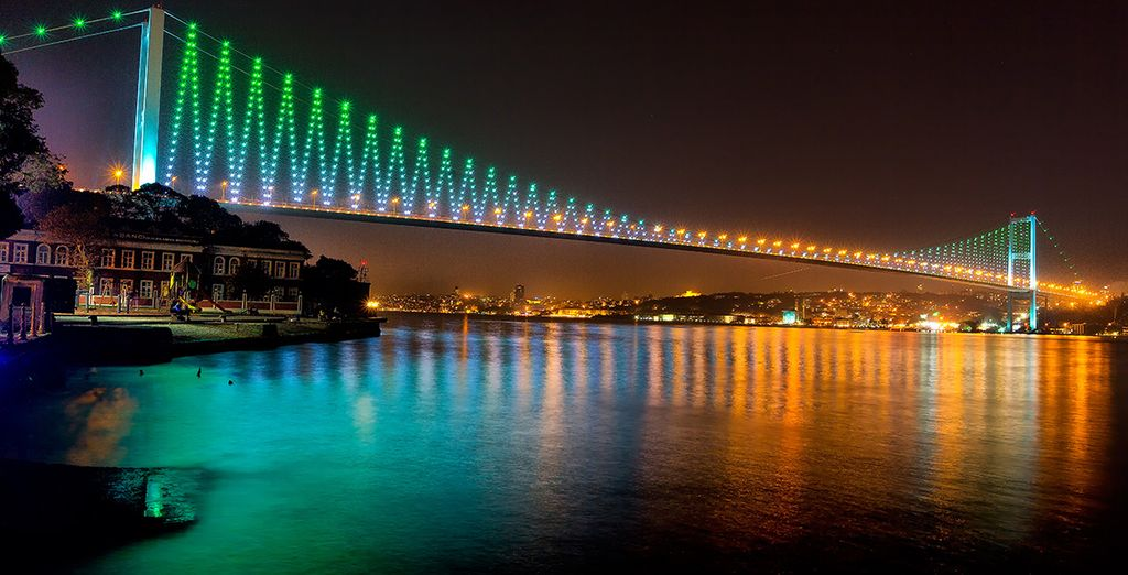 El puente del Bósforo une la parte asiática con la europea