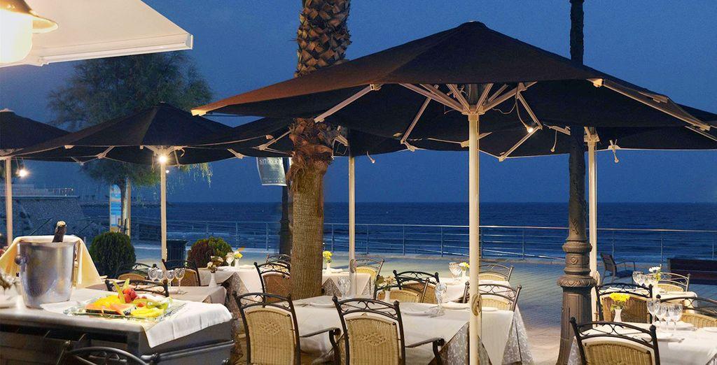 URH San Sebastián Playa 4*, podrás degustar las gastronomía en la terraza del restaurante