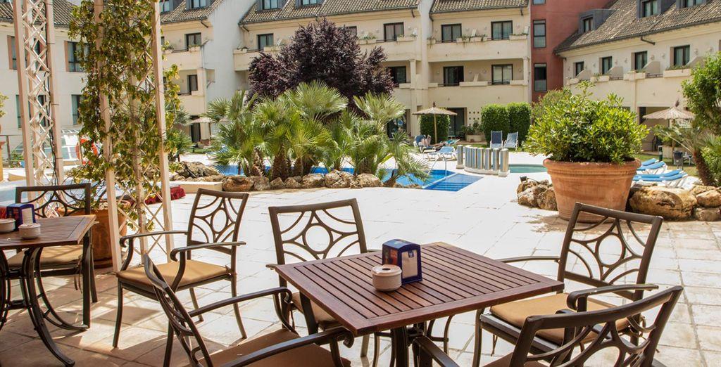y terraza para disfrutar de un café o un refresco