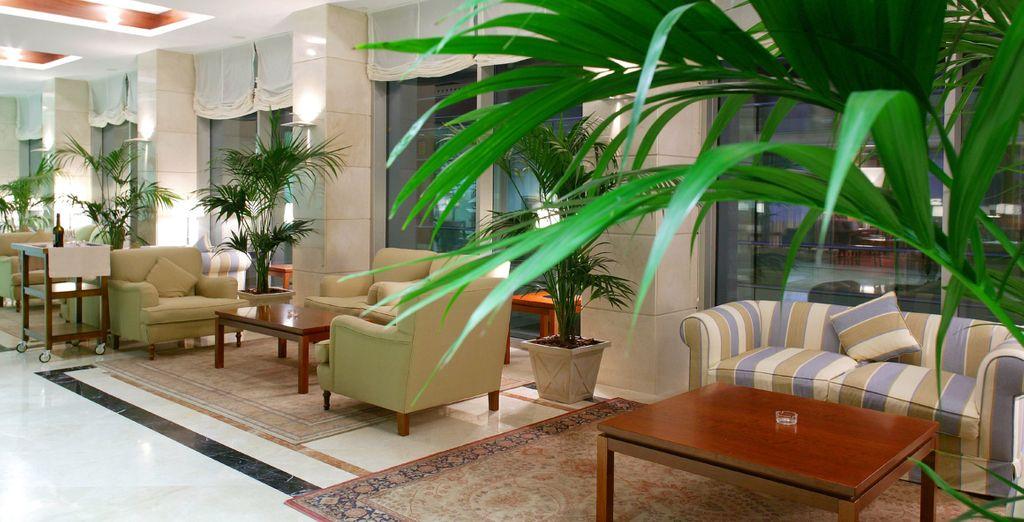 Descansa en los espacios comunes del hotel