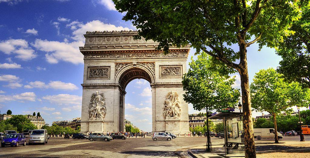 El Arco de Triunfo es uno de los monumentos más famosos de la capital francesa