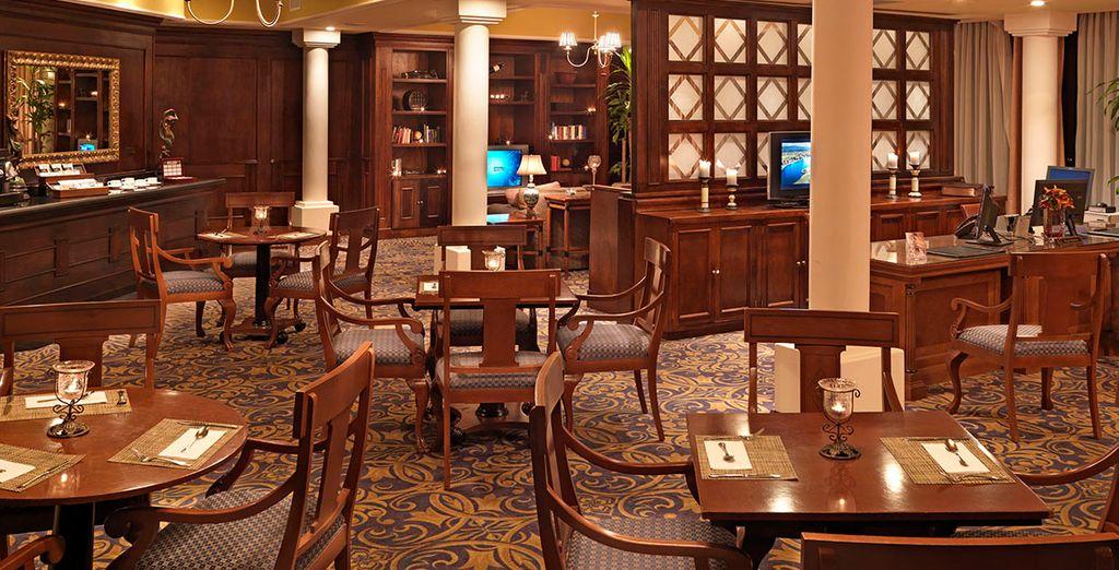 El Avenue Bar ofrece una atmósfera relajada e íntima con tumbonas Bali y velas