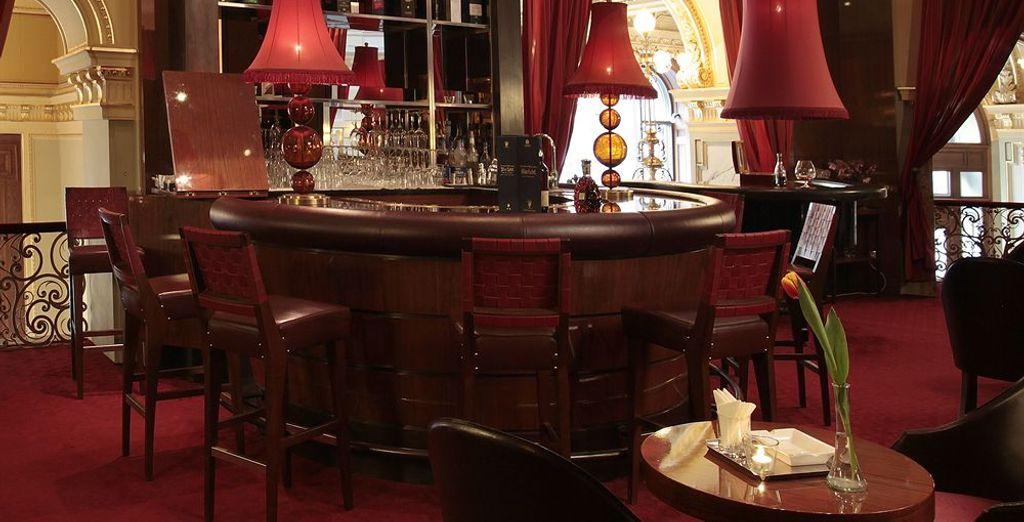 Toma una copa en el bar