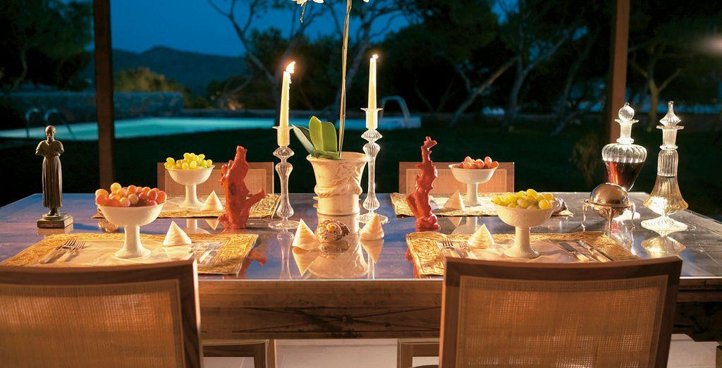 Una cena al aire libre por la noche