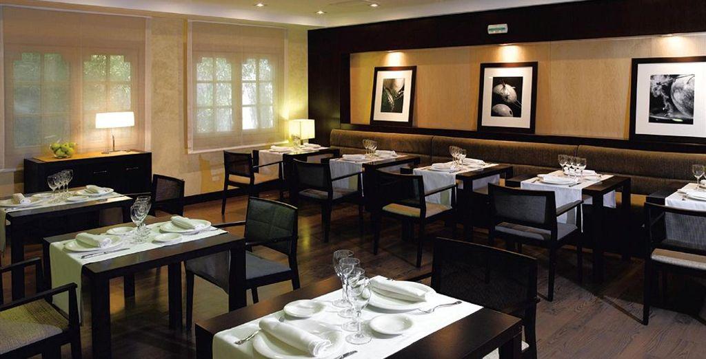 Alberga un restaurante de estilo navarro tradicional