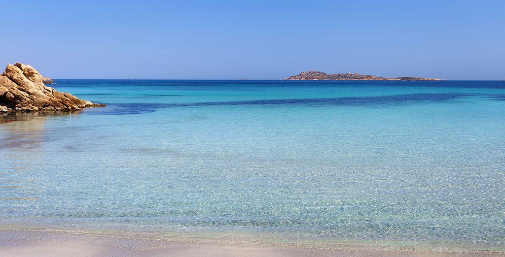 Aguas cristalinas y arena muy fina