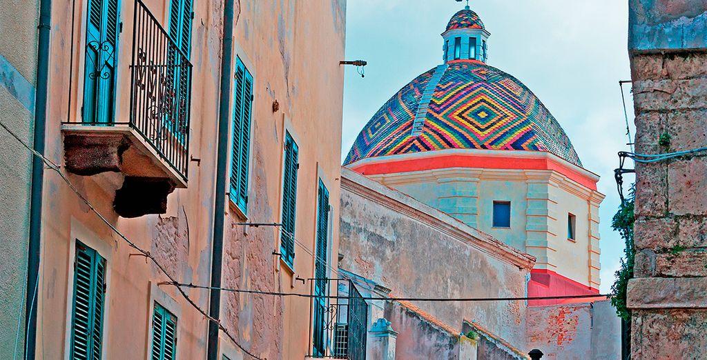 Iglesia San Michele en Alghero visto a través de callejuelas antiguas