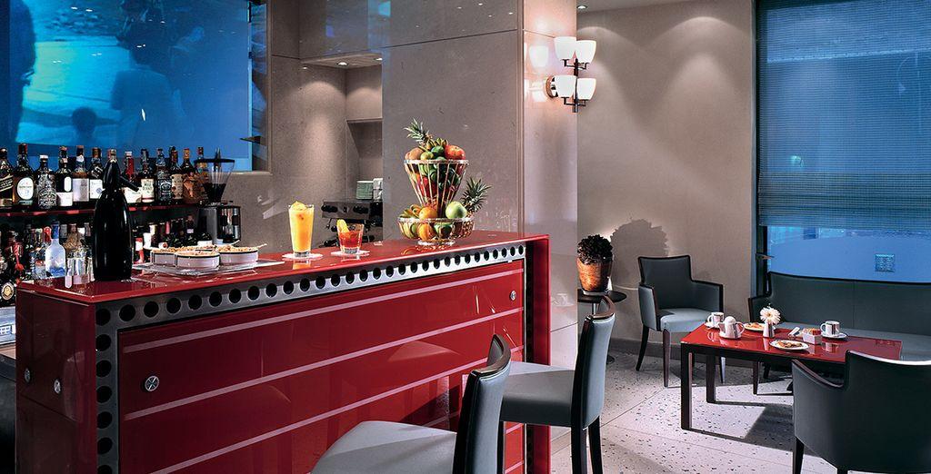 Tómate un aperitivo en el bar del hotel