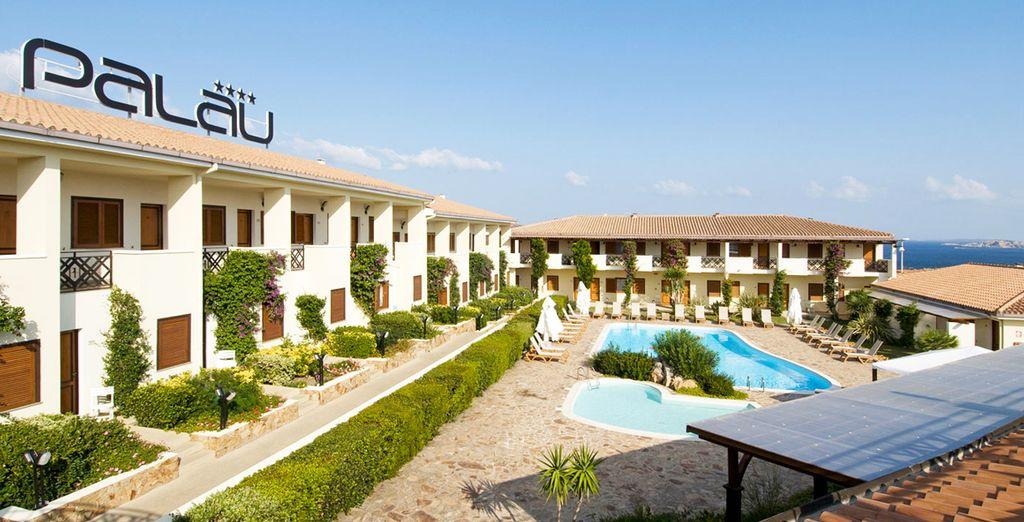 Tras tu llegada a la isla con Grimaldi encontrarás un hotel rodeado de naturaleza