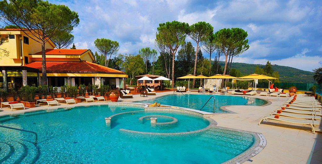 Goza de sus impresionantes piscinas...