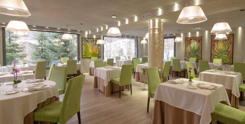 Por la noche, reserva mesa en el restaurante Emo