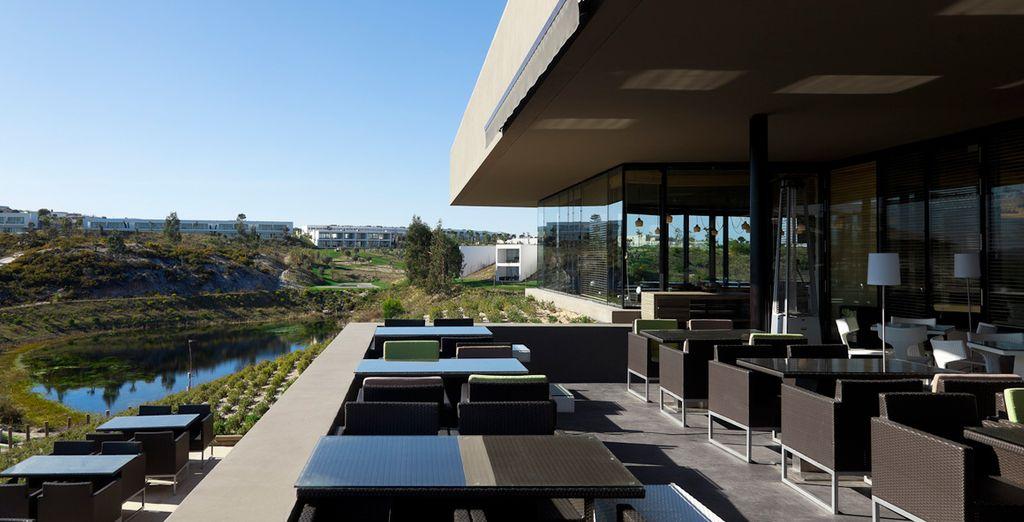 El restaurante está situado en el impresionante edificio Casa Club de Golf de BOM SUCESSO