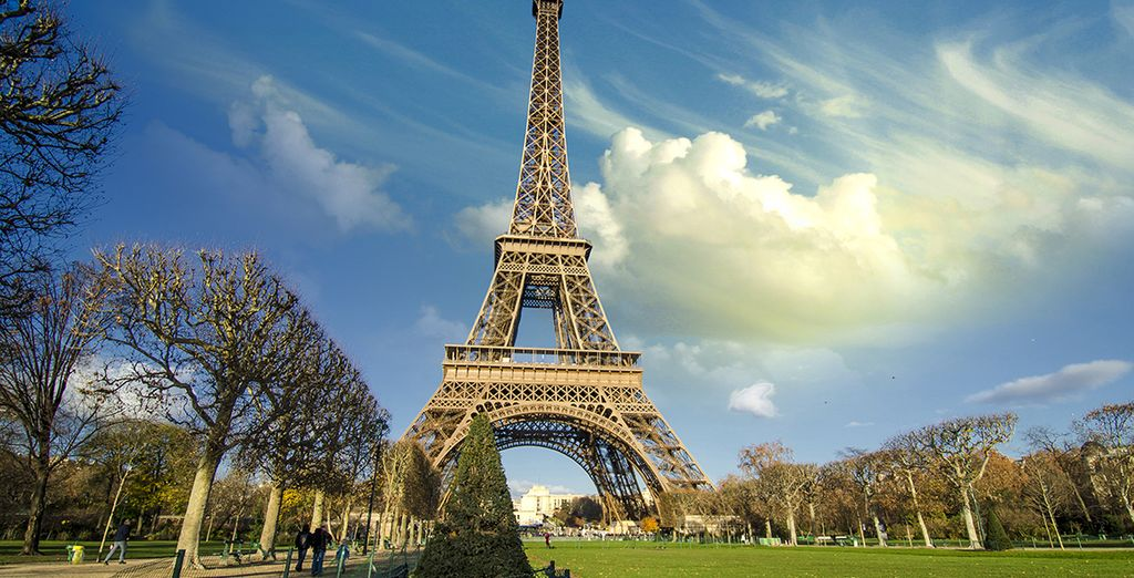 Pasea por los jardines de la Torre Eiffel