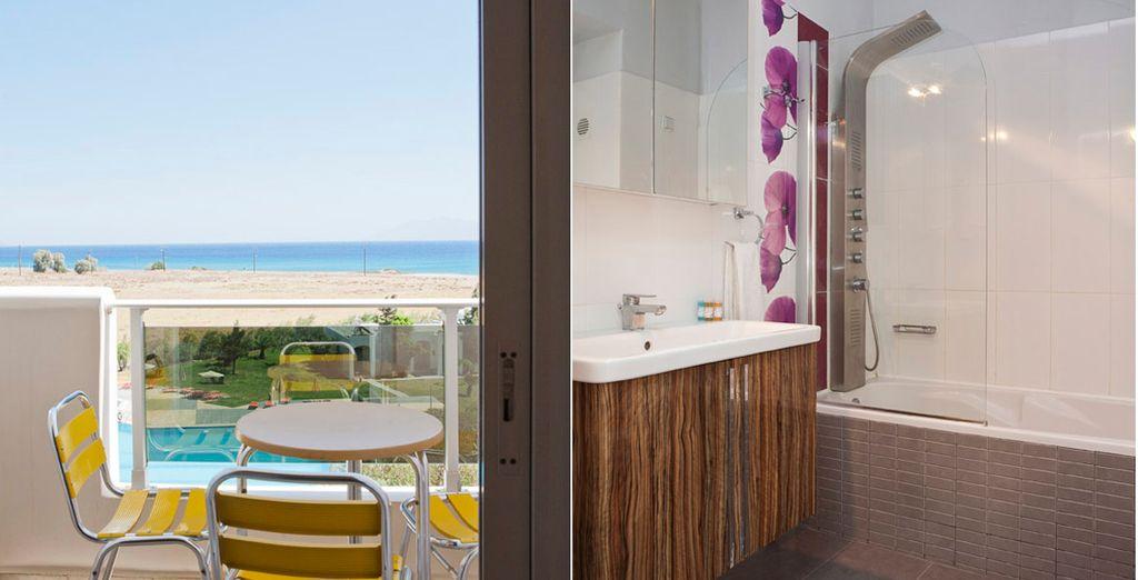 La habitación cuenta con un moderno baño y terraza