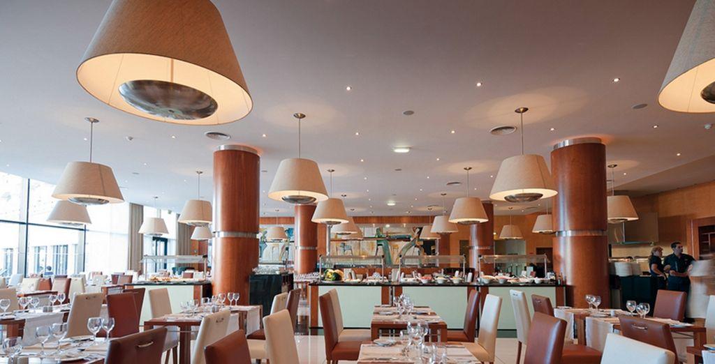 Degusta exquisitos platos en el restaurante y aprovecha al máximo la media pensión
