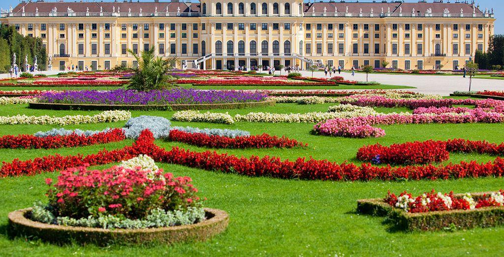 ...y pasea por sus bellos jardines