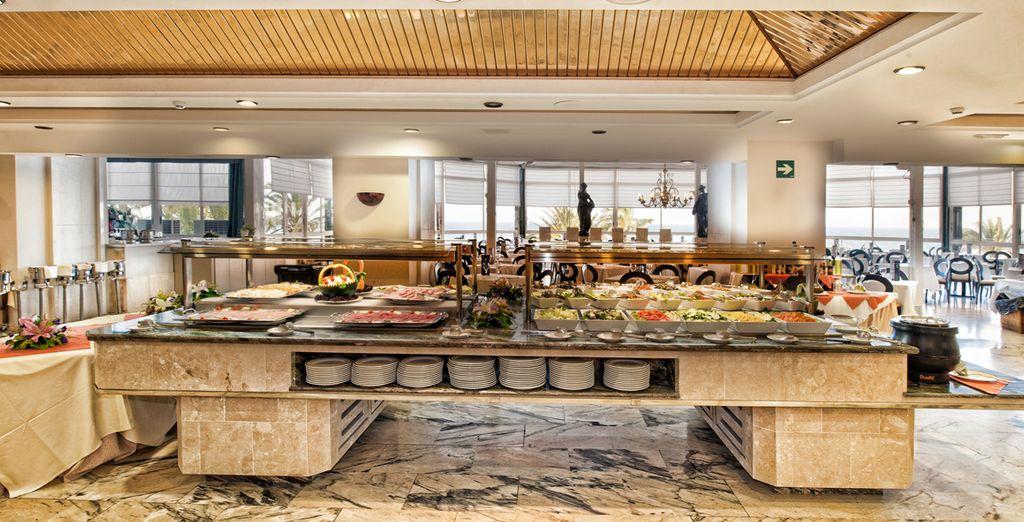 Deléitate con las exquisitas especialidades del buffet