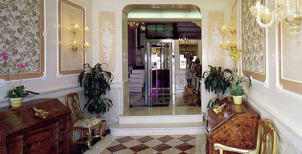 La recepción, como todo el complejo, goza de un estilo clásico y elegante