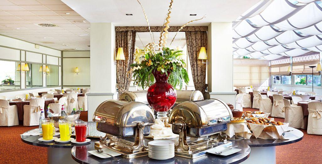 El desayuno buffet incluye platos fríos y calientes
