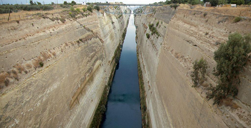 En una breve parada visitarás el Canal de Corinto