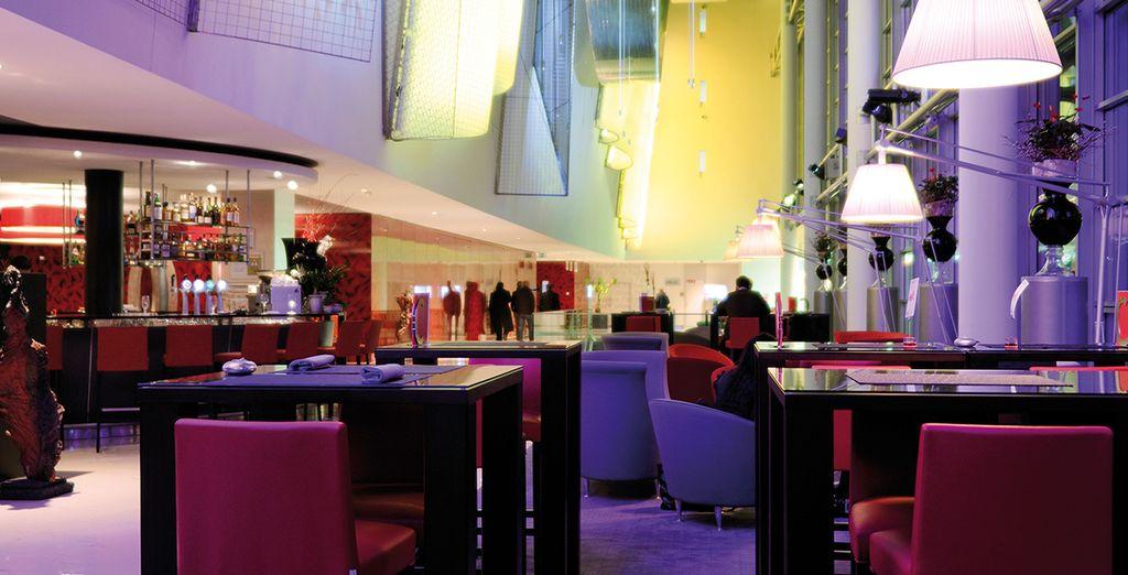 Saborea un delicioso cóctel o disfruta de la buena cocina en el bar & lounge