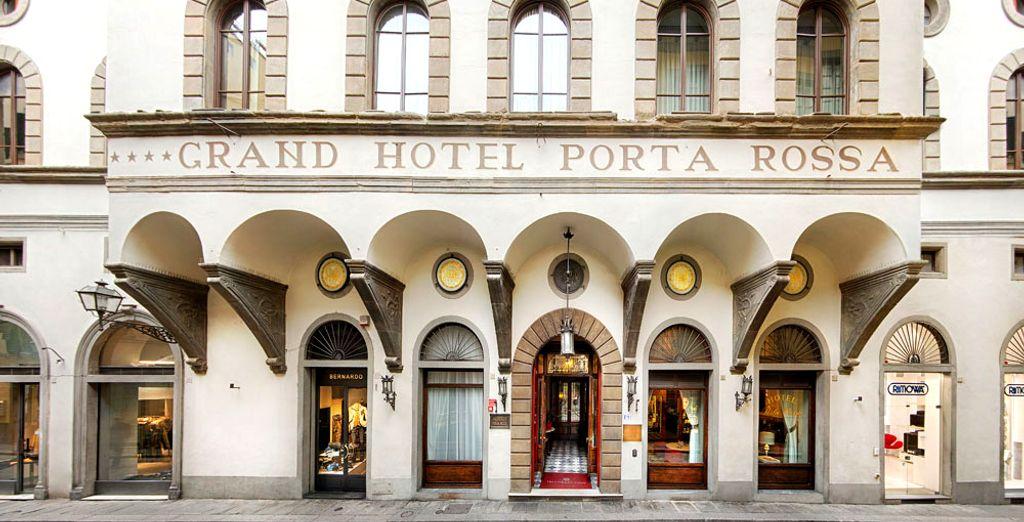 Te alojarás en en uno de los hoteles más bellos y antiguos de Italia