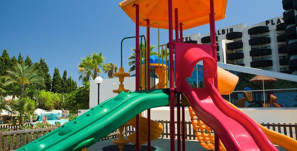 Provisto de un parque infantil para los más pequeños