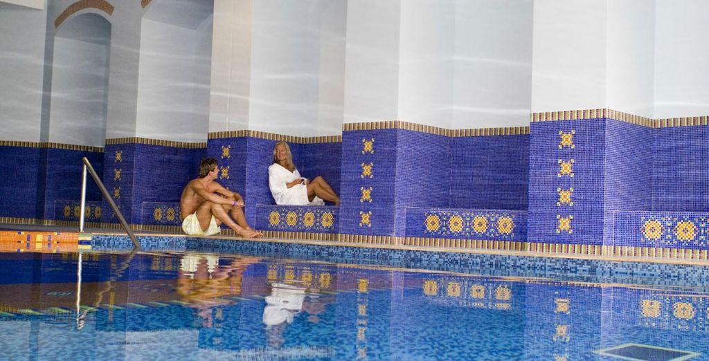 Date un relajante baño en la piscina interior