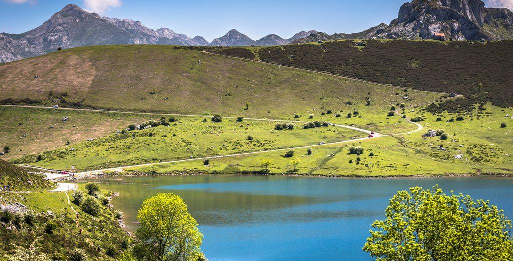 Allí los lagos Enol y Ercina reflejan las altivas montañas donde se gestó la legendaria historia de Asturias