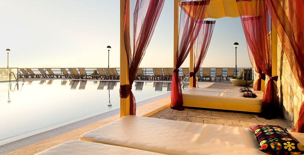 Admira las puestas del sol relajado en una cama balinesa
