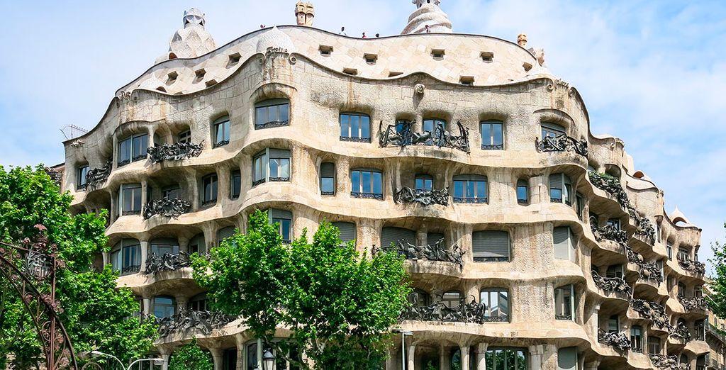 Contempla su arquitectura, la Casa Milà, conocida como la Pedrera, de Antonio Gaudí, te impresionará