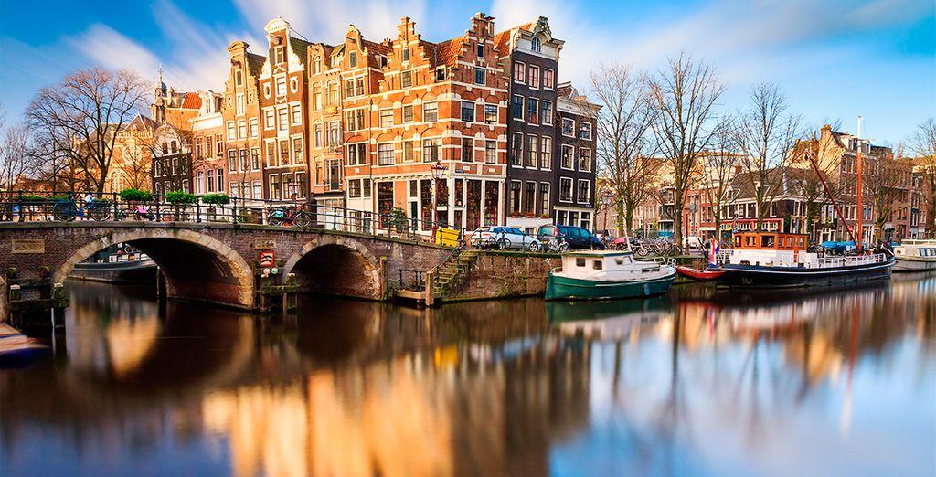 Pasea por los canales de Ámsterdam, a escasos metros del hotel