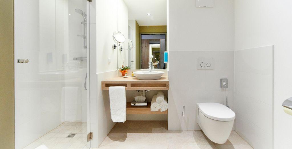... con un baño, moderno y sofisticado